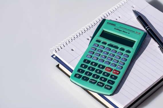Spočítejte si, kolik peněz vám zůstane při insolvenci v roce 2021. Pokud máte vysoké dluhy, které nezvládáte splácet, řešením může být insolvence (osobní bankrot). Po dobu 3 nebo 5 roků musíte splácet alespoň minimální splátku. Pak vám může soud zbytek dluhů odpustit.
