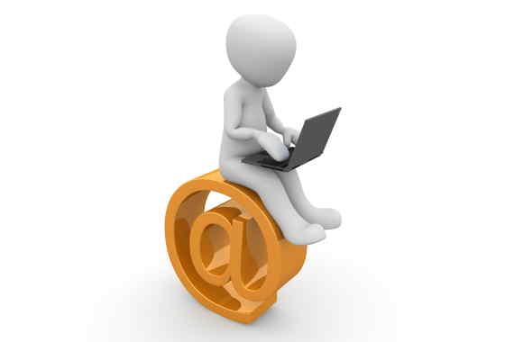 Na Úřad práce byste měli zajít do 3 dnů, od skončení zaměstnání. Můžete se obrátit na jakoukoliv pobočku ÚP, tedy ne jenom v místě trvalého bydliště, ale kdekoliv. Žádost o zaměstnání a podporu se dá vyřídit i elektronicky nebo poštou. Stačí poslat příslušné formuláře a další dokumenty/doklady.